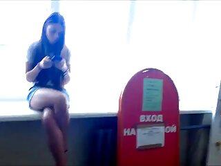 Chica tatuada muestra en una película pornográfica gratis solitario