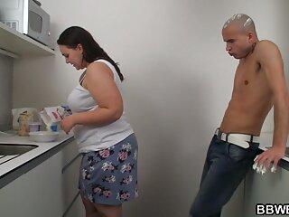 Mujer de grandes pechos dispuesta ver una película de pornografía a follar bien